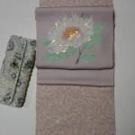 藤色小紋と牡丹の染め帯コーディネート