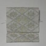 高貴なプラチナ色の本綴袋帯